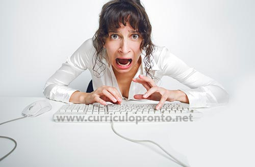 Mulher enlouquecida teclando